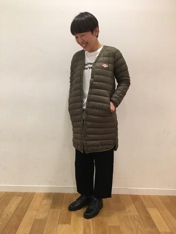 一枚ではもちろんのこと、コートのインナーにも使える便利なダウンコートは、これからの季節に一着は持っておきたいアイテムです。ダントンのインナーダウンはシンプルなデザインと、上品なAラインのシルエットが特徴的。首元をすっきり見せるVネックデザインなので、トレンドのボリュームマフラーやスヌードを合わせて、今年らしいコーディネートが楽しめますよ。