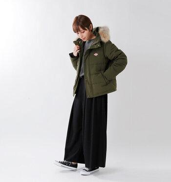 コンパクトなシルエットがおしゃれなショートダウンは、どんなスタイルにも馴染むシンプルかつベーシックなデザインが魅力的です。ワイドパンツやプリーツスカートなどボリュームのあるボトムスや、ニットワンピースにも合わせやすいので、秋冬の様々なコーディネートに活躍してくれますよ。