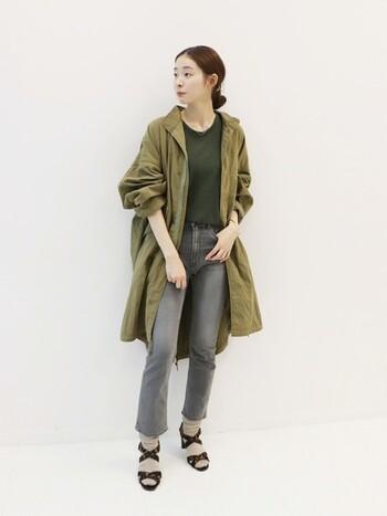 ヴィンテージ感のあるスタイリッシュなデザインと、優しく上品なカーキ色がおしゃれなアーミーコート。ふんわりと広がる裾のフレアや、エレガントなボリューム袖など、女性らしいディテールもポイントです。綿×ナイロン素材を使用した軽い着心地のアウターは、秋~春までロングシーズン大活躍してくれます。