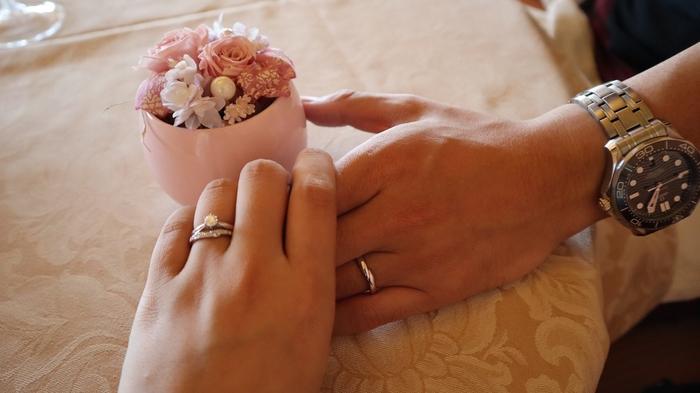 結婚指輪を内側につけ、婚約指輪を外側につけることで「永遠の愛の証」をロックする意味があるそうです。大切な指輪を重ねづけすることで、単体ではシンプルな指輪も華やかでオシャレな印象に。パーティーやお呼ばれの時にもおすすめです。