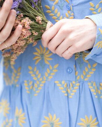 小指につける指輪は、「ピンキーリング」と呼ばれます。小指は、チャンスと秘密の象徴と言われています。心を落ち着かせてくれたり、思いがけないチャンスを呼び込むことができる指です。