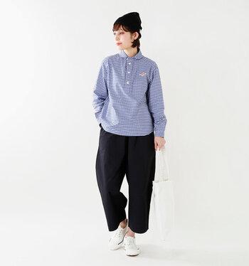 ブルー×白のギンガムチェックが爽やかなコーディネートです。襟付きのシャツを合わせれば、カジュアルなアイテムが多くてもどこか品のある印象に♪クロップト丈のパンツや白のスニーカーで、足元に抜け感をプラスするのがポイント!