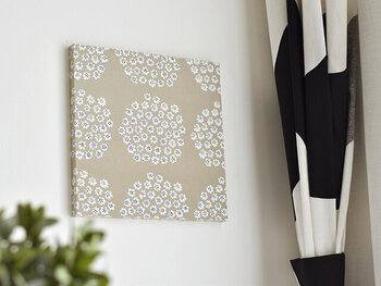 """ファブリックパネルは北欧テイストのマストアイテム。紙のポスターとはまた違う温かみを与えてくれます。マリメッコの""""PUKETTI""""は小さな花が集まったブーケデザイン。壁を可憐に彩っていませんか?"""
