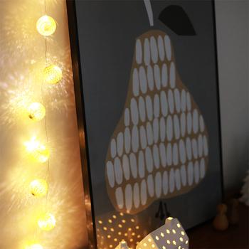 ころんと丸いボールが連なったLEDワイヤーライトは、お部屋をムーディーに演出してくれます。ゴールドとシルバーは灯りをつけない状態でもキラキラきれいですよ。