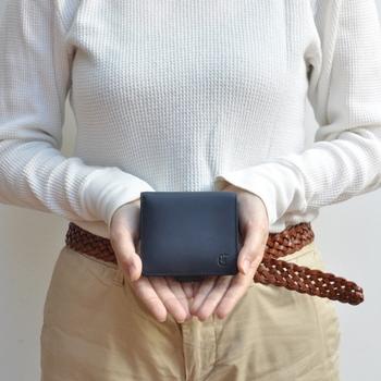 片手に収まるコンパクトなミニ財布。厚みも控えめで、小さめバッグにもすっきり収まります。マットな質感のレザーと落ち着いたカラーバリエーションが普段使いしやすく、安心感も与えてくれます。パチンとベルトで留める仕様で、お財布を開ける動作もスムーズですよ。