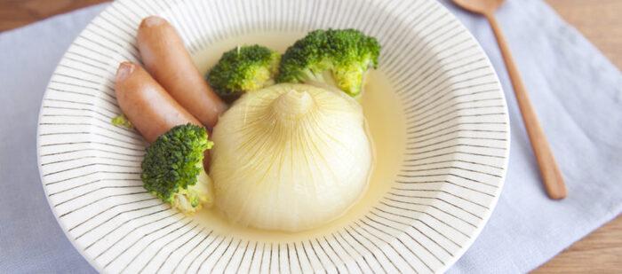 玉ねぎを丸ごと、コトコト煮込んで作るスープ。トロっと柔らかい玉ねぎをいただく時の嬉しさったら、たまりません。簡単だけど、贅沢感ある一皿は、おもてなしにも喜ばれそう。