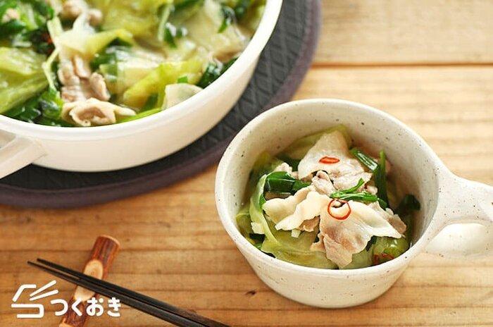 キャベツと豚バラ肉が主役の食べるスープ。土鍋でたっぷり作れば、これ一品とご飯でも大満足。バターを効かせて、こっくり仕上げたところがポイントです。
