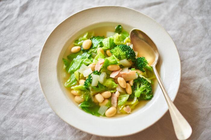 キャベツの他に、玉ねぎ、ブロッコリー、新鮮な野菜をたっぷり使ってスープに。大豆やベーコン、たんぱく質も加えてパワーアップ。緑のパワーに元気をもらえそうです。