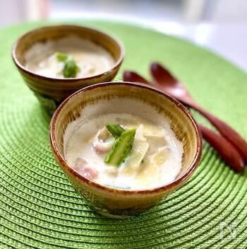 新じゃがの他に、新玉ねぎやカブ、アスパラガス...春が旬の野菜をたっぷり使ったミルクスープ。ベーコンとパルミジャーノの塩気とコクもアクセントに。シチューのような感覚でいただけて、ボリューム感も満足できそう。