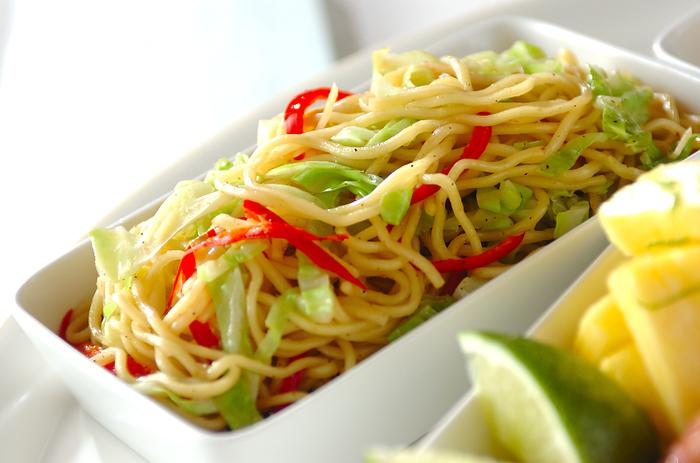 ソースや塩などの味付けが定番の焼きそば、グリーンカレー味にすると新鮮な味わいに!彩りがきれいなので、お弁当にもいいですね。