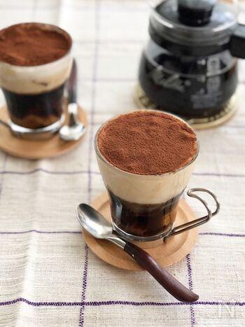 コーヒーゼリーを固める時にカステラを入れ、ミルクフォーマーで泡立てたふわふわのミルクゼリーをのせた2層のゼリー。  最後にココアパウダーをふりかければ、まるでティラミスのよう。