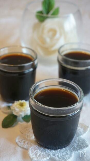 インスタントコーヒーの代わりに、ペットボトルで売られているアイスコーヒーを使ってもOK。  市販のアイスコーヒーは濃いめに作られているので、生クリームをかけて食べたり、牛乳入れて飲むコーヒーゼリーにするのに向いています。