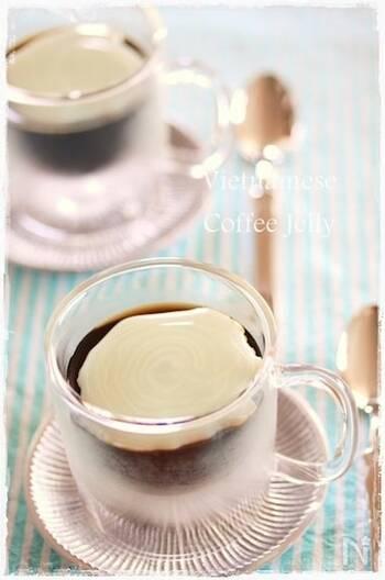 濃い目にドリップしたコーヒーにコンデンスミルクを入れるベトナムのコーヒーのゼリー版です。  濃いめのコーヒーゼリーを作ってコンデンスミルクかけるだけ。いつものコーヒーゼリーに飽きたら作ってみたいですね。
