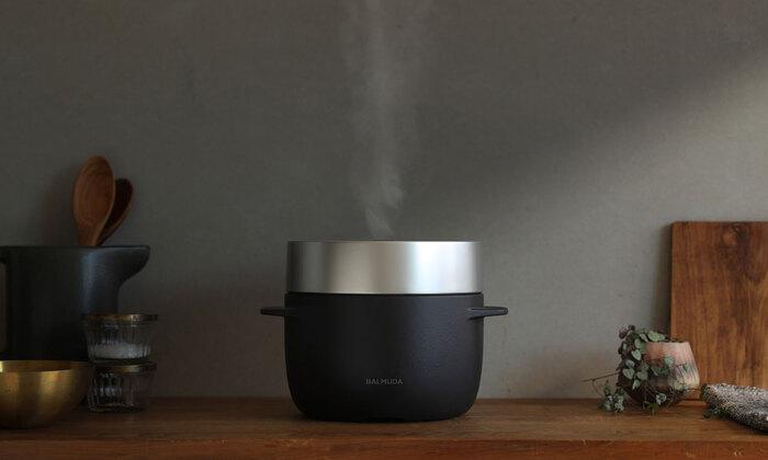 エネルギーの使い方から考え直し、蒸気の力で炊き上げる炊飯器「THE GOHAN( ザ・ゴハン)」。一般的においしいと言われているご飯はかまどや土鍋など、直火で炊かれるものが多く、そんなガス火と比較した場合、電気の力は約3分の1のエネルギーしかありません。そのエネルギーでいかにおいしく炊くかを、バルミューダは考え、結果、釜を二重にし、蒸気の力だけで炊き上げる、新しい炊飯方式を生み出しました。
