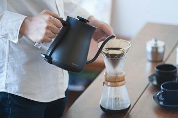 クールな見た目が現代のインテリアにマッチする0.6Lの電気ケトル「The Pot ( ザ ポット)」。細長く伸びた注ぎ口はデザイン性だけでなく、コーヒーや紅茶を淹れのに適しています。そのため、お湯を沸かし、ドリップをするまでの過程を、ポット1つで出来ます。