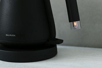 お湯を沸かすときの電源ランプも工夫が凝らされており、どの角度から見てもわかるように、持ち手部分についています。