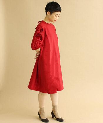 赤のワンピースは袖に刺繍が入った、ふんわりと女性らしいデザイン。パーティーにはアクセサリーなどでドレスアップを。「赤はちょっと派手かも…」と思いがちですが、コーディネートのアクセントに意外と取り入れやすい色ですよ。