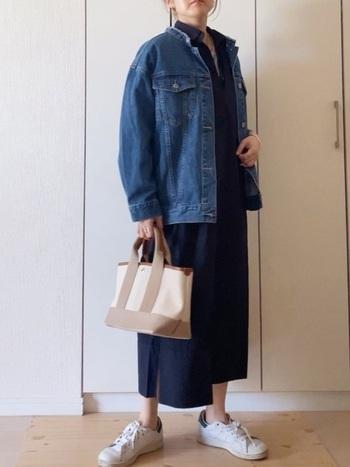 柔らかく揺れるシャツワンピースなら大人っぽいスニーカーコーデに。バッグやアクセサリーをシンプルで上品なものにするとさらに◎です。
