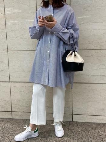 フレアが大人っぽさを演出するビッグサイズのシャツには、ホワイトパンツ×スタンスミスがよく合います。足元からの爽やかな色合いでまとまりが出ます。