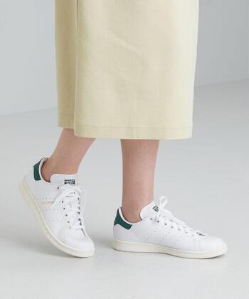 この春夏もまだまだ勢いが春らしいイエローのスカート。足元にはスタンスミスのような存在感のあるスニーカーがぴったり♪