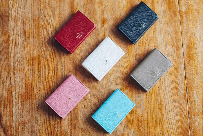▲左上からレッド、ブラック、ホワイト、トープ、ピンク、ブルー。モバイルケースと同じく6色展開。