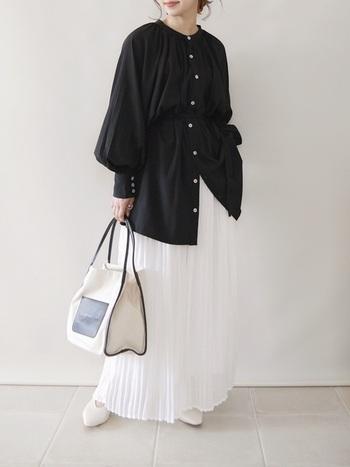 黒パフスリーブ+白のプリーツスカートで、女性らしさがつまったハンサムコーデに。トップスとボトムスで強いコントラストを作れば、メリハリの効いたスタイリングになります。バッグや靴もモノトーンで揃えて☆