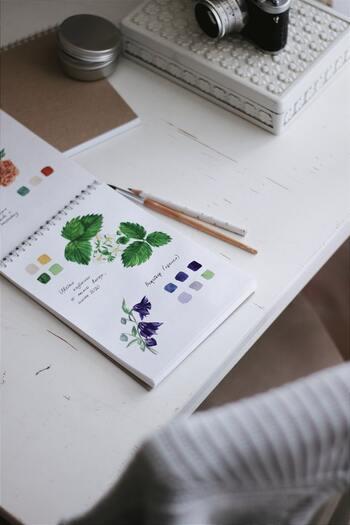 水彩画用に販売されている紙が適しています。  なかでも身近なのは、画用紙。安価になるほど薄くなりがちですが、ちゃんと厚めのタイプにするほうが、水性色鉛筆の書き味をしっかり楽しめます。