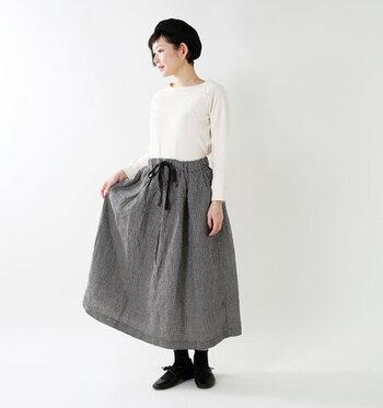 細かいギンガムチェック柄なら、無地のような気軽さでコーデに取り入れられます◎ 小物もすべてモノトーンで統一し、大人可愛いレトロなスタイルに。リネン素材のスカートはくたっとした風合いで、広がりすぎないシルエットが完成します。