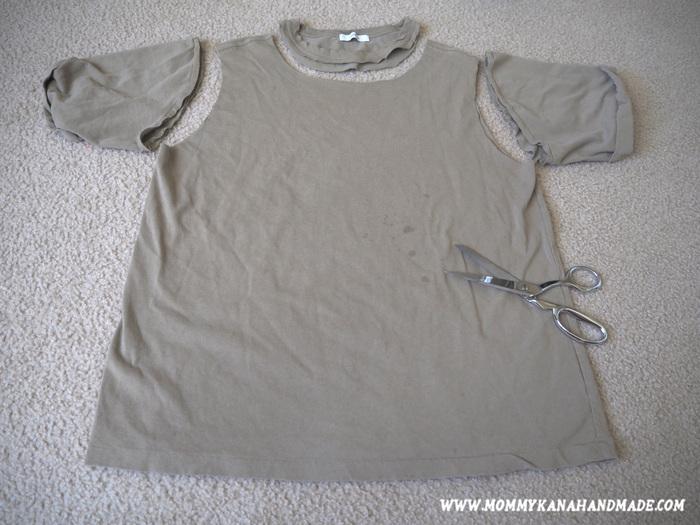 まずは、襟口と両袖を写真のように切り離します。この時に、プリントTシャツの場合は裏を外側に返しておきましょう。あとでフリンジを隠したい場合も同様です。(詳しくは作り方④をご参照ください)