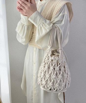 シンプルなコットン製の巾着に編みバッグを組み合わせた、おしゃれで存在感のあるアイテム。素材感や色味が揃っているので一体感があり、ナチュラルコーデによく馴染みます。どちらのバッグも単体使用OKなので、幅広いスタイリングが楽しめそう!