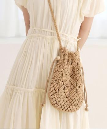 コットンリボンを結んで作った巾着バッグは、ナチュラルな雰囲気がありながら、ファッションのアクセントにもなる表情豊かなアイテム。丈夫で軽く、ほどよい大きさがあるので、デイリーユースにピッタリです。ベーシックなカラーなので、いろいろな装いにもマッチして使いやすいですよ!