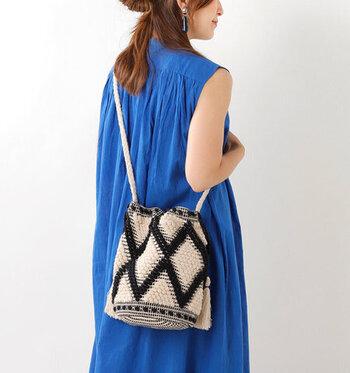 ハンドメイドで作られたジャガード織りが美しいバッグは、これからの季節におすすめのアイテム。内側には、ファスナー付きのポケットもあるので、貴重品を持ち歩くときも安心ですね。底は大きめの丸マチなので、しっかりと自立して収納力も◎