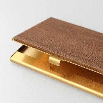 無垢木材を組み合わさったタイプは、高級感がありながらもナチュラルな雰囲気が魅力で、異素材と木目の美しさを存分に楽しめます。指紋やキズが目立たないよう工夫がされており、カードは13枚ほど収納可能。
