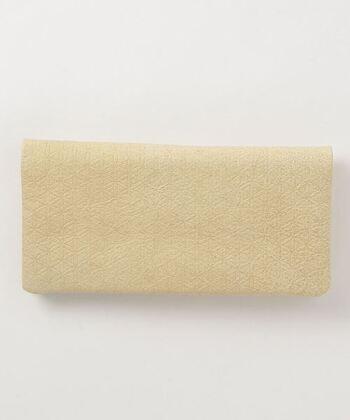 シンプルなデザインとともに、オーガニックコットンなど、本質を追求した素材使いで評価が高いファッションブランド「COSMIC WONDER(コズミックワンダー)」。服だけでなく、小物も同様、唯一無二の素敵な個性を感じられます。  おすすめは、天然なめし革で作られた長財布。こちらの商品は、珍しい、白色の白なめしが使用されています。