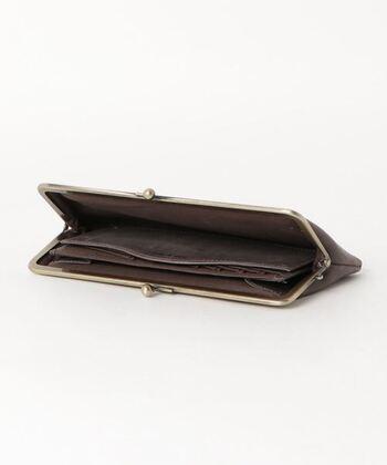 キャッスレス化の流れを受け、中の構造はスリムに。 かさ張らないので、トレンドの小ぶりのバッグとの好相性です。