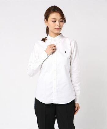 ノーカラーシャツも変わらず人気がありますが、品のあるトラッドスタイルなら断然「襟付きシャツ」。  春や夏にふさわしい爽やかなホワイトやブルー、チェック柄などがおすすめです。長袖でも、半袖でも、襟付きならトラッドの上品さを損なわずに着ることができます。  Gymphlex(ジムフレックス)のシャツは、柔らかいコットン素材でスタンダードな形。飽きずに長く着ることができます。