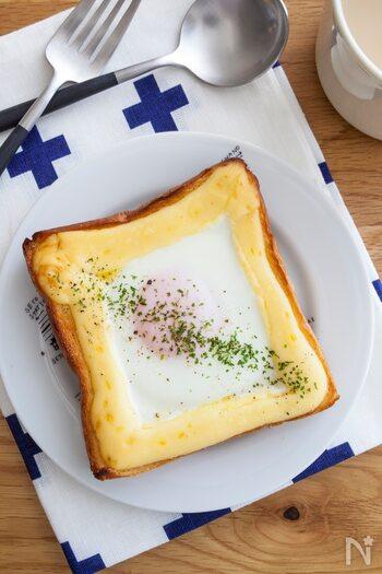 とろーり卵がたまらない♪某有名アニメのワンシーンで有名なトーストアレンジ。食パンのふちにマヨネーズで土手を作り、中心をくぼませて卵をのせて焼くだけ。冷蔵庫にあるものでできる手軽さがうれしいですね。忙しい朝にもおすすめです。