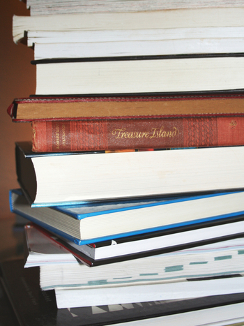 SF小説にも短編・長編があるので、ストーリーの長さから選ぶのも一つの方法です。まとまった読書時間がとれない人でも、短編ならすきま時間に気軽に読めますよ。  ふだんから本を読む人や、読み応えのある本を好む人は、長編がおすすめです。読めば読むほど作品の世界に引き込まれ、濃密な読書体験ができます。