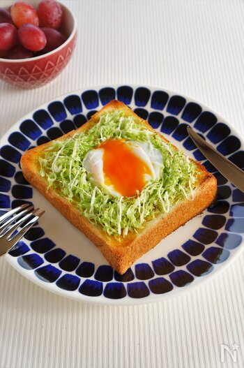 野菜も摂れる♪キャベツたっぷり、卵のカレーマヨトーストです。 生のキャベツをのせて少しシャキシャキ食感を残して◎マヨネーズにカレー粉を合わせて、ほんのりカレー風味に仕上げています。キャベツにとろーり卵が相まって絶品ですよ。卵は常温に戻しておくと程よく火が通りやすいのだそう。一枚で食べ応えも十分です。