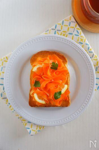 ニンジンたっぷり♪色鮮やかなニンジンのハニーレモンサラダトーストです。ニンジンにはちみつ、レモン、オリーブオイルを合わせたサラダを焼いたトーストにのせるだけ。ヘルシーな栄養たっぷりのトーストが味わえます。サラダは前日に作っておくと楽ちん◎朝はトーストを焼くだけで時短になりますよ。
