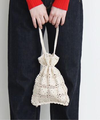 手編みのかぎ針モチーフをつなぎ合わせて作られた巾着バッグ。懐かしさと可憐さを併せ持ったその佇まいには、思わずうっとりしてしまいますね。ナチュラルな生成りカラーで、いろいろなコーデに合わせやすいですよ。マチがなくコンパクトなサイズ感なので、ワンマイルバッグとしても重宝しそう!