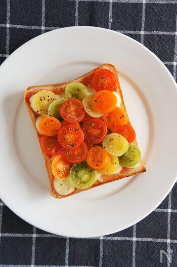 カラフルなミニトマトがぎっしり!トマトづくしのベジタブルトーストです。色とりどりのミニトマトを使えば、見た目もオシャレに。焼いたトマトは、トロっとした食感で濃厚な味わいが堪能できますよ。トマト好きな方はぜひ試してみて♪