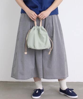 くったりとしたコットン巾着バッグは、そのころんとした見た目と春らしい爽やかなカラーが魅力。普段遣いにぴったりのサイズ感なのも嬉しいですね。中には3つのポケットがあるので、使い勝手もバッチリです!