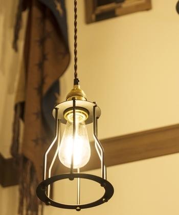 お店などで使われていそうなペンダントランプ。照明を変えるだけでも、お部屋の雰囲気がガラッと変わりますよ。