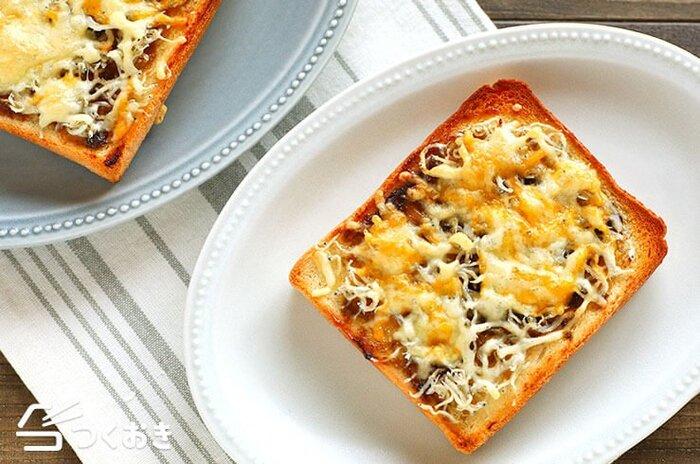 カルシウムたっぷり♪しらすのりチーズトーストです。海苔の佃煮としらすは相性抜群!そこにとろ~りチーズも相まって絶妙な味わいに。塗ってのせて焼くだけの手軽さ◎ あわただしい朝に役立ちますよ。