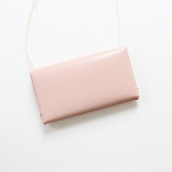一枚の革を縫製せずに折り紙のように折り込んで組み立てたスマートフォンケース。ストラップ付き&カードの収納も可能なので、肩からぶら下げてこれ一つでお出かけもできちゃいます♪