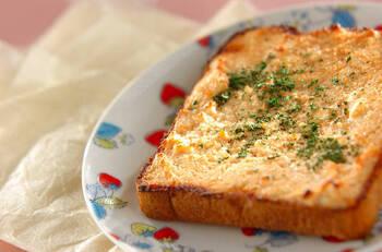 カリッと香ばしく♪明太子のクリーミートーストです。パン屋さんでお馴染みの明太子バケットをおうちでも再現。明太子とクリームチーズがよく合います。ワインのお供にも◎余った明太子の活用にもおすすめです。