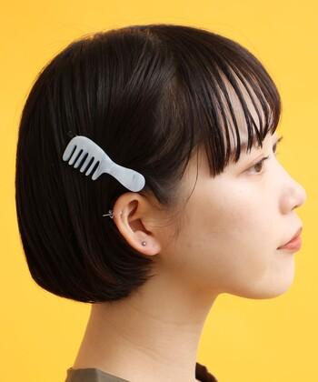 片耳を出したらそこにボリュームのあるヘアアクセをポンッとつければ完成です。