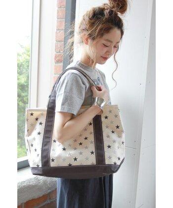 持ってるだけで元気になれそうな星柄のトートバッグ。1泊2日の女子旅でも注目されそうな可愛いデザインです。