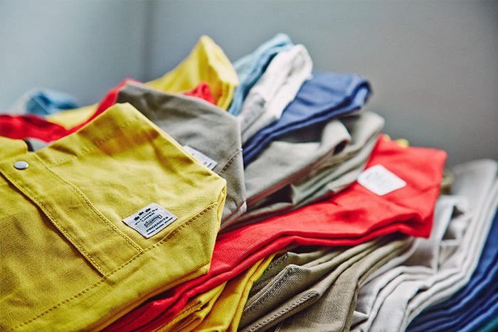 ナチュラルなホワイトから、コーディネートの差し色にも使える鮮やかなカラー展開。大きさもランチバッグくらいのものから、たっぷり大容量サイズまで豊富に揃っています!
